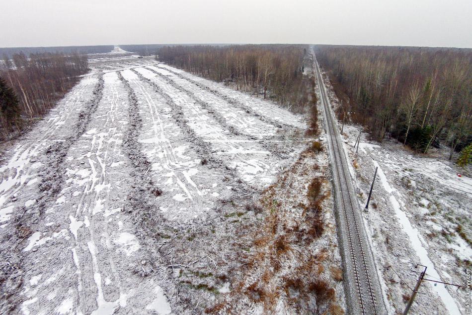 Пересечение с железной дорогой Чудово - Великий Новгород. Вид в сторону Москвы. М11 тут пойдет на большой насыпи с несколькими путепроводами подряд.