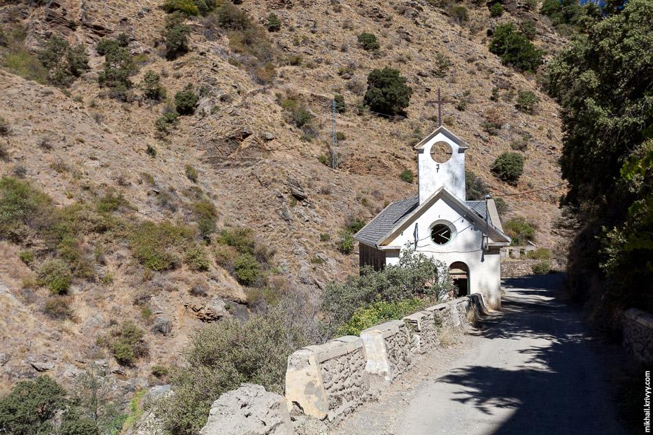 Здание церкви в заброшенном городке La Cebadilla. Современные гидроэлектростанции не требуют городка сотрудников.