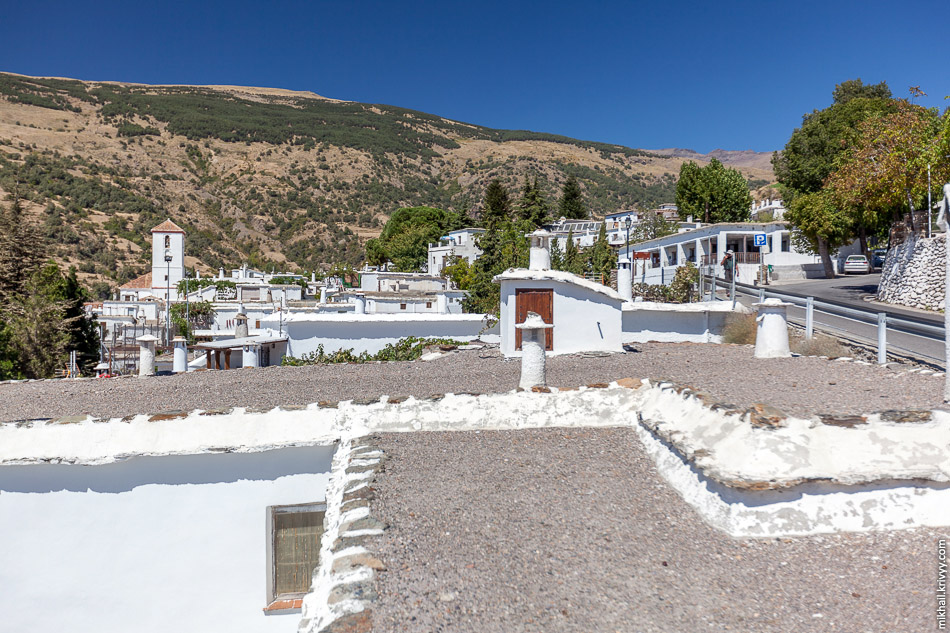 Если бы не своеобразные печные трубы, то я бы смело сказал - обыкновенная туристическая средиземноморская деревня.