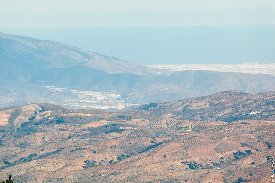 Если приглядеться, то видно что вся долина Альмерии покрыта теплицами. Это хорошо видно на спутниковых снимках даже при небольшом приближении.
