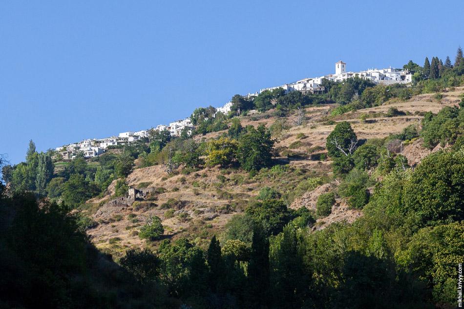 Капилейра. Снизу хорошо видно что деревня расположена на своеобразном естественном балконе.