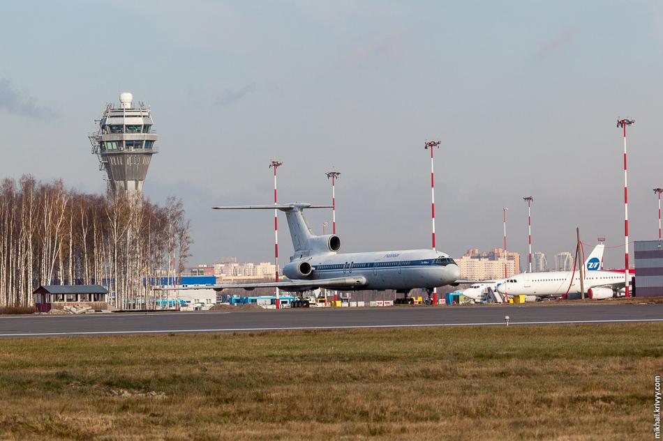 Да вот незадача. Посадки в этот день осуществлялись на другую полосу - ВПП 10L/28R. Пришлось оперативно менять точку съемки. На фото командно-диспетчерский пункт и учебный  Ту-154Б-2 RA-85343.