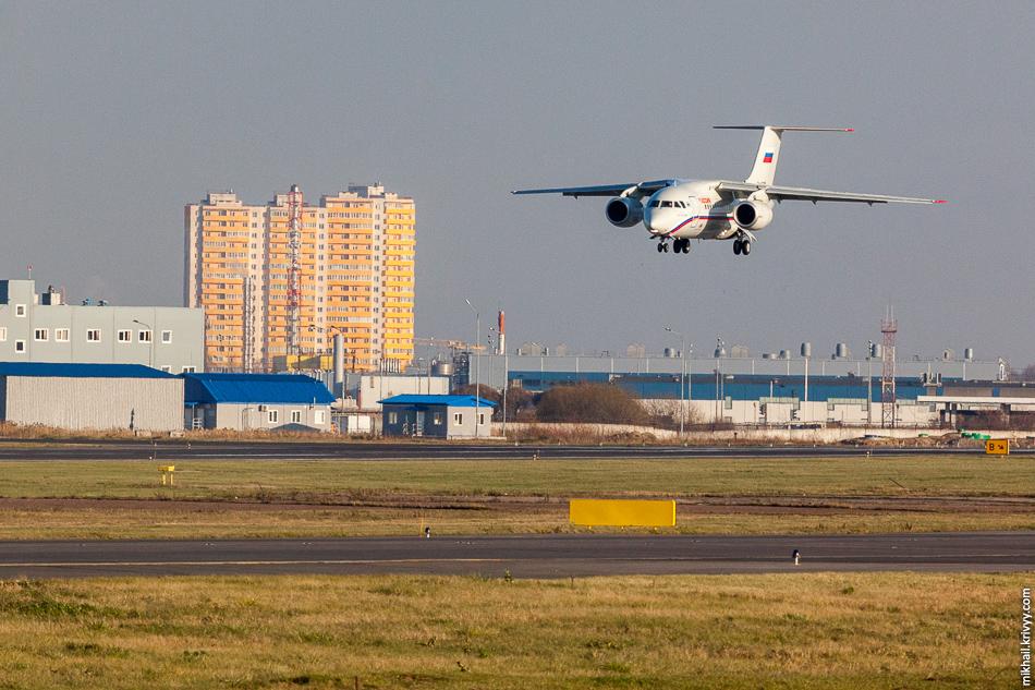 """С самого начала нас порадовал Ан-148 RA-61705. Пулково - лучшее место для съемки самолетов этого типа. Из 21 борта 6 трудятся в а/к """"Россия""""."""