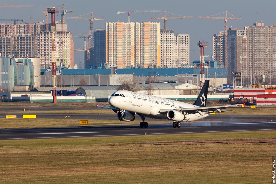 Касания происходили на ужасном фоне. У меня такая застройка ассоциируется исключительно с Китаем. TC-JRB, Airbus A321, Turkish Airlines.