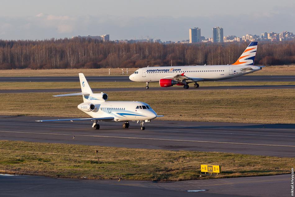 """В наших краях иностранные самолеты с российской регистрацией встречаются нечасто. У""""Газпром авиа"""" все борта кроме одного RA'шные. Это Dassault Falcon 900 с номеромRA-09000. Сзади OK-LEG, Airbus A320, Czech Airlines."""