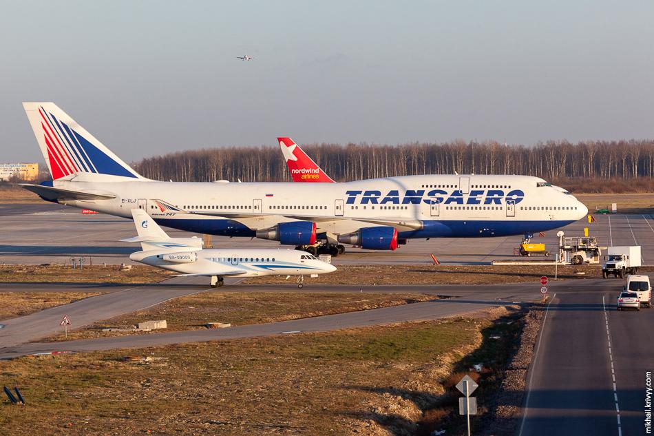 """""""Под крылом сильной компании"""" :)  RA-09000, Dassault Falcon 900, Газпром авиа. EI-XLJ, Boeing 747, Трансаэро."""
