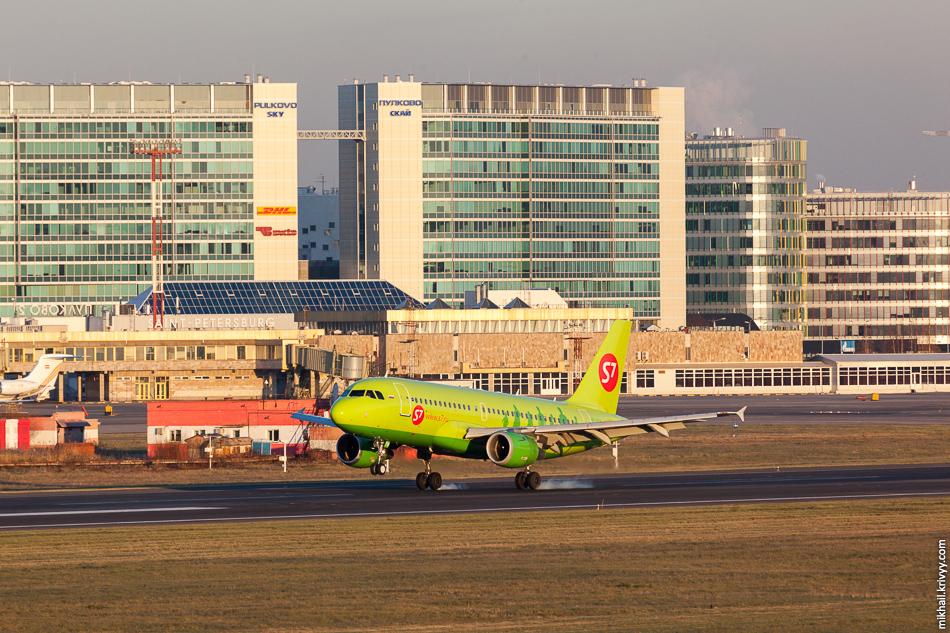 На таком фоне теряется даже самая яркая ливрея. VP-BTW, Airbus A319, S7 Airlines.