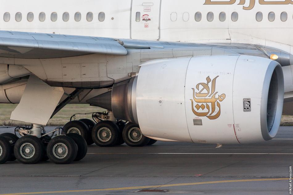 На Boeing 777 сейчас устанавливают двигатели General Electric GE90. Самые крупные и самые мощные реактивными двигатели в истории авиации. Но у этого борта двигатели еще Rolls-Royce.