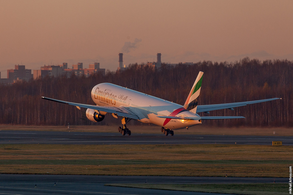 A6-EMQ, Boeing 777, Emirates Airlines. Ушел в закат.