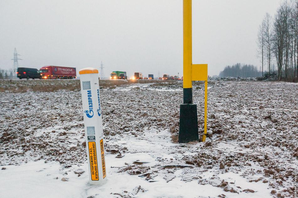 """Новый """"ход"""" газопровода. На М10 """"Россия"""", в местах пересечение с газопроводом поставили знаки """"остановка запрещена"""", но разметку не поменяли. Вроде ничего удивительного для России, но на этом участке М10 разметка везде соответствует знакам."""
