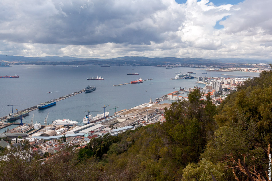 """Порт Гибралтара. Все что за """"водой"""" - Испания. СправаЛа-Линеа-де-ла-Консепсьон, слева Альхесирас."""