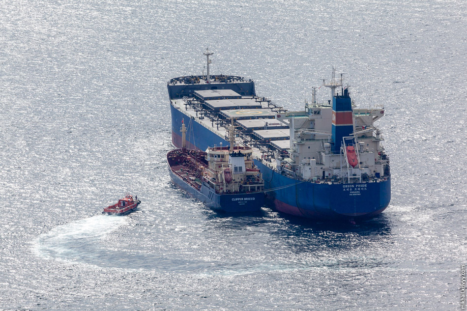 Тот что больше, балкер Orion Pride (Панама), тот что меньше, нефтяной танкер Clipper Bricco (Гибралтар).