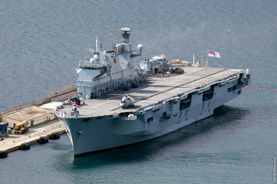 Универсальный десантный корабль HMS Ocean (L12) королевского военно-морского флота Великобритании.