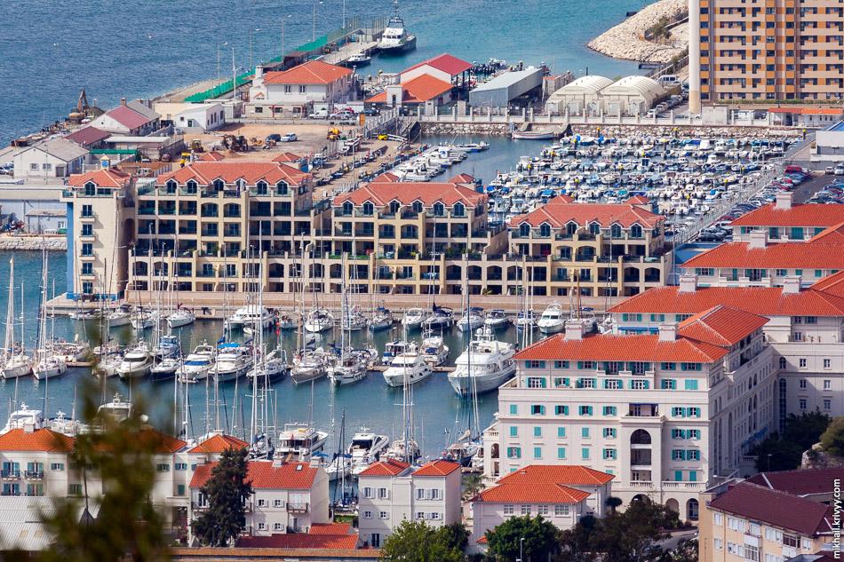 Почти вся прибрежная линия Гибралтара отдана под порт. Немного пляжей есть навосточном побережье и юго-западном побережьях полуострова. Гибралтарский пролив глубокий, с сильным течением. Вода в нем всегда холодная. Тем не менее, курортных гостиниц (resorts) в Гибралтаре достаточно.