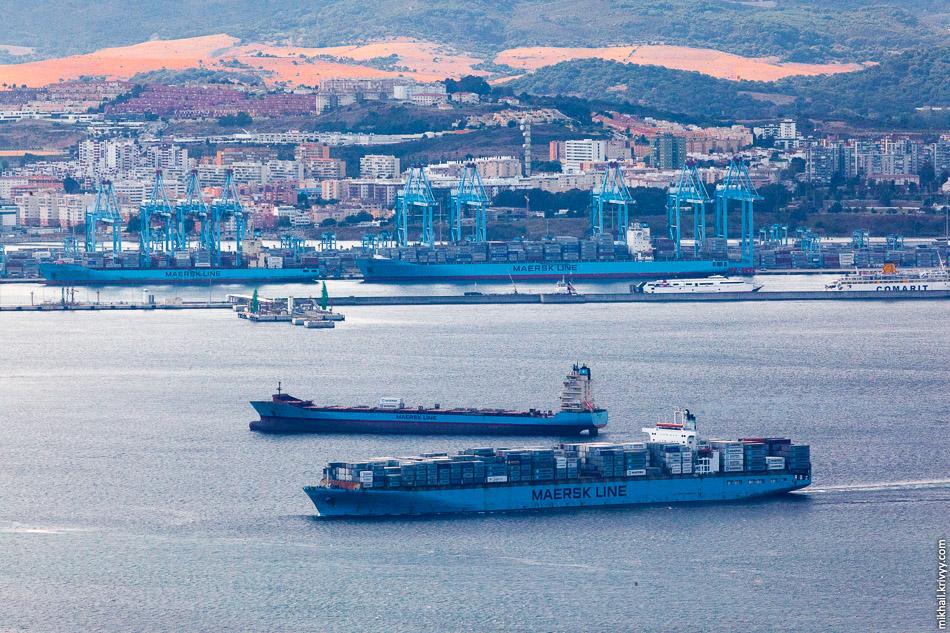 На том берегу, в Испанском городе Альхесирас находится один из крупнейших в мире контейнерных терминалов.