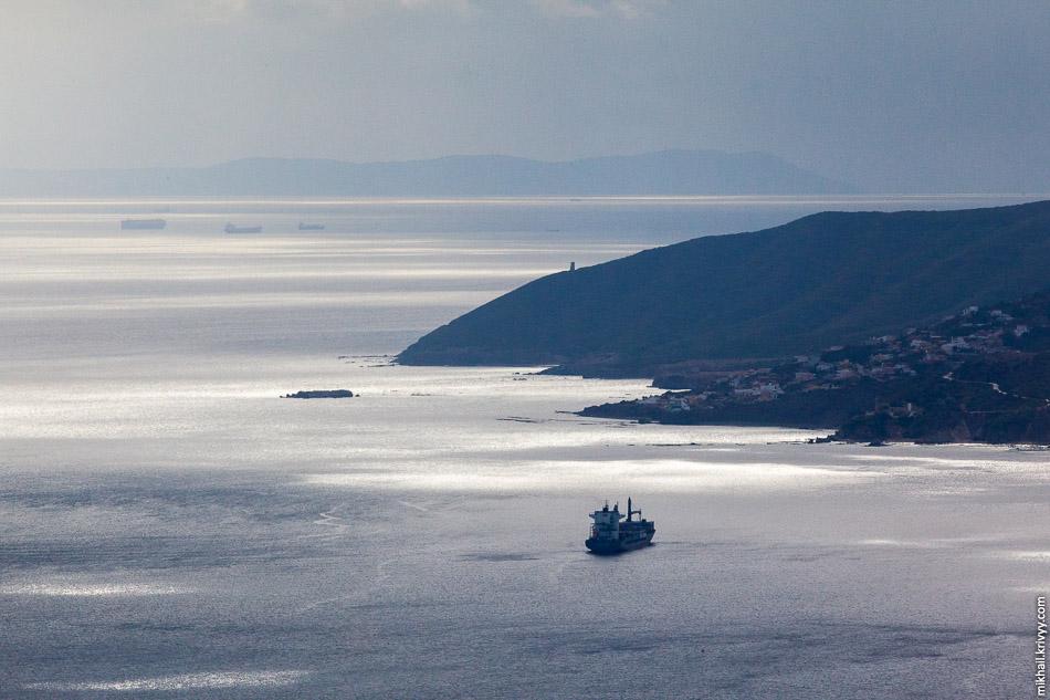 Самое узкое место Гибралтарского пролива. Горы вдалеке, это Африка (там Танжир), горы ближе, это Испания (Альхесирас и Тарифа).