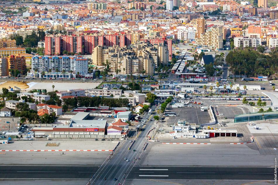 Сверху Испания, снизу Гибралтар. Граница, аэропорт и единственная дорога.