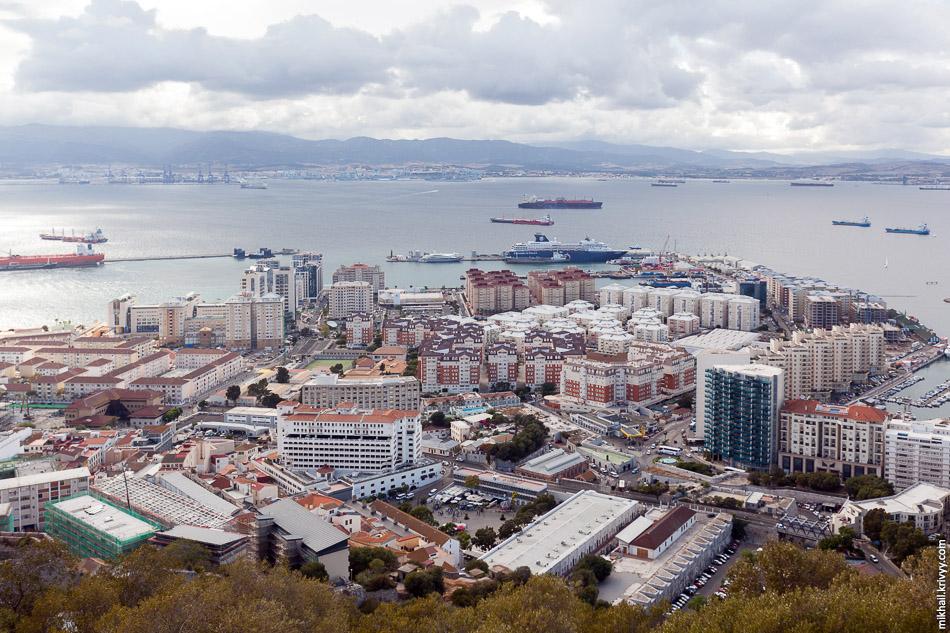 Жилые районы на западном побережье полуострова Гибралтар.