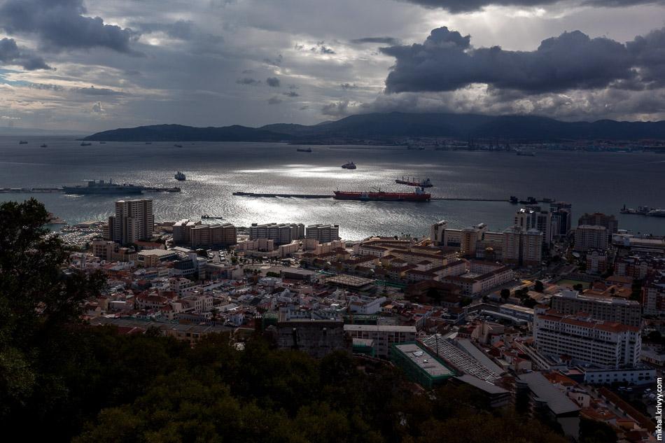 Вид на город Гибралтар со скалы Гибралтар. На дальнем берегу залива крупный порт и испанский город Альхесирас (Algeciras).