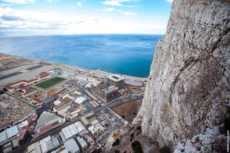 Вид со скалы на восток. Тут есть несколько пляжей и строятся гостиницы.