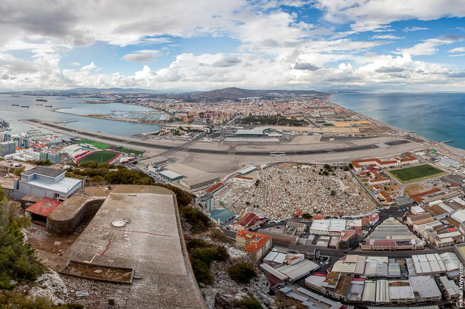 Перешеек соединяющий полуостров Гибралтар с континентальной Испанией.