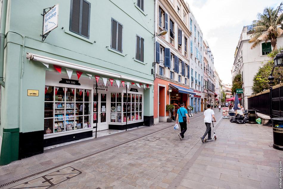 Главная улица в Гибралтаре пешеходная. Она так и называется, Main street.