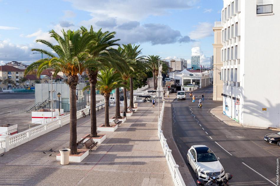 Line Wall Promenade. Слева видна одна из закрытых парковок. Похоже власти Гибралтара решили сделать страну пешеходной.