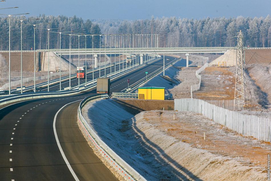 Вся автомагистраль огорожена забором. Внешне, он очень похож на финский, опоры только не деревянные. Выглядит не громоздко, намного лучше того, которым огорожена железная дорога Санкт-Петербург — Москва.