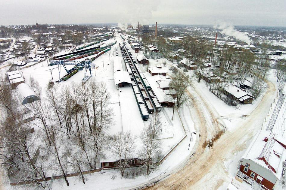 Хороши видно, что станция находится на территории Боровичского комбината огнеупоров.
