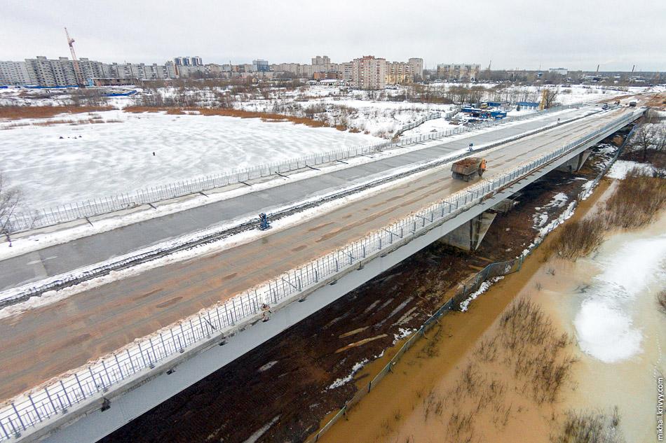 Деревяницкий мост: хорошо видно что железобетонная плита обустроена, перильные ограждение почти везде поставлены.