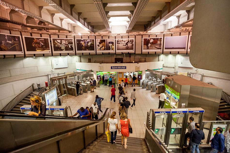 """Турникеты и """"выходные двери"""" еще один интересный элемент парижского метро. Станция Сен-Мишель (Saint-Michel)."""