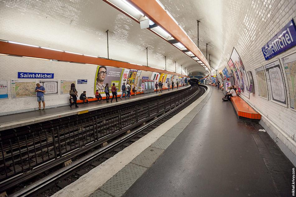 Сен-Мишель (Saint-Michel) - типичная станция парижского метрополитена. 4 линия, открыта 9 января 1910 года.