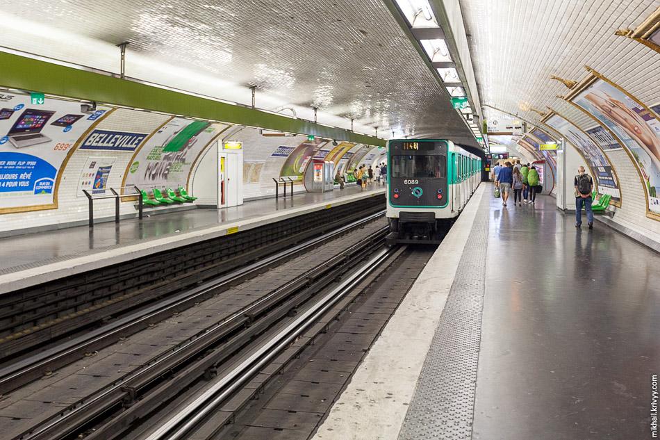 Плитка на станциях парижского метрополитена заслуживает особого внимания.  Дело в том, что на станциях и в переходах используется всего несколько типов плитки и она давно стала одним из символов парижской подземки.