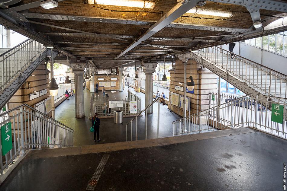 Вход на надземную станцию Barbès – Rochechouart. Не лучшее место в Париже :)