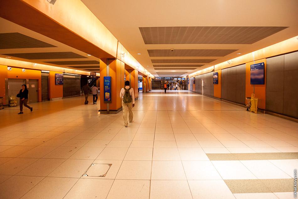 Переходы над станцией RER и под Северным вокзалом (Gare du Nord).
