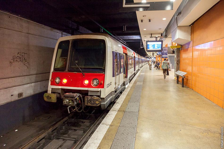 Электропоезд MI 84 на станции RER Гар-дю-Нор (Gare du Nord). В отличии от метро, в RER используется контактная сеть. 1.5 кВ, постоянка.