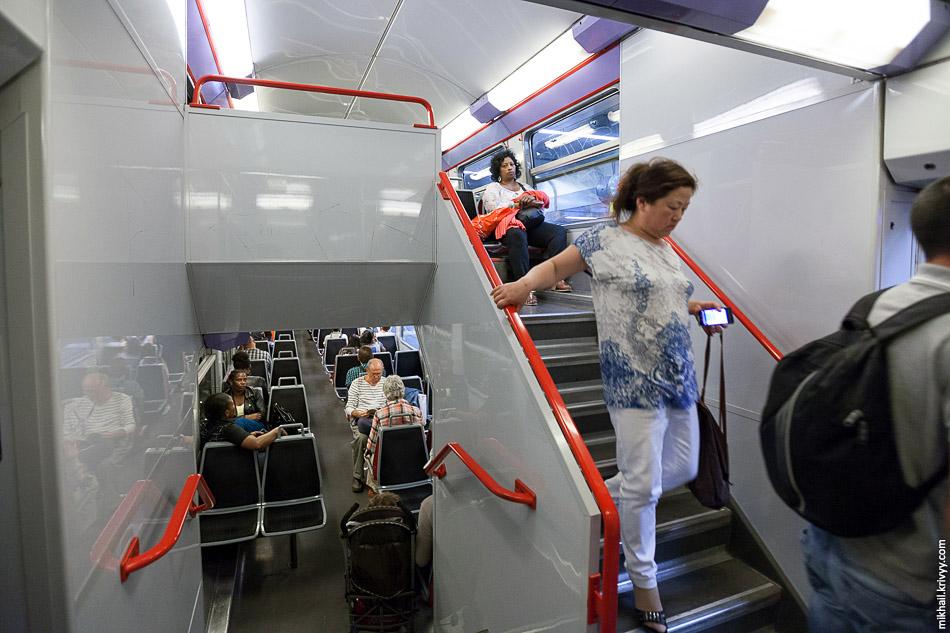 RER: салон двухэтажного электропоезда MI 09.