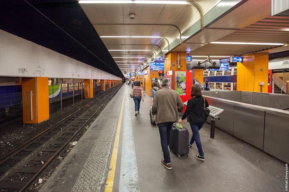 Линия D RER имеет длину 190 км, в то время как самая длинная ветка метро имеет длину всего 24 км (линия 13). Станция Гар де Льон (Gare de Lyon, Лионский вокзал).