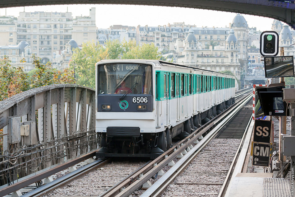 Электропоезд MF67-6506 прибывает на станцию Бир-Хакейм.