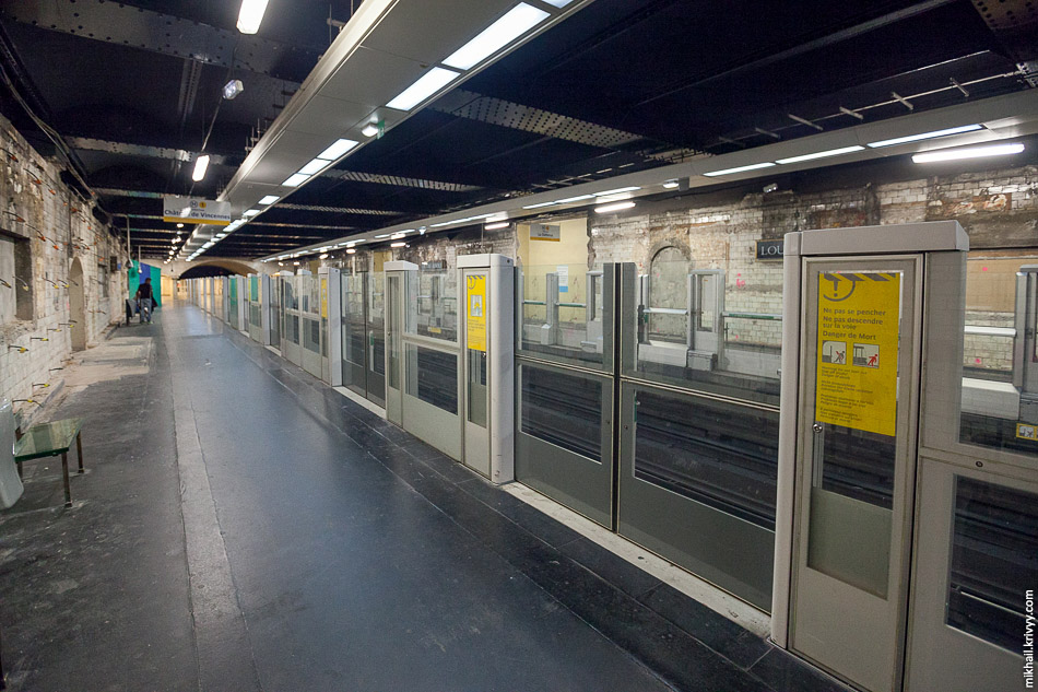 Станция Лувр — Риволи (Louvre – Rivoli) была открыта 13 августа 1900 года. Мы ее застали вот в таком виде.