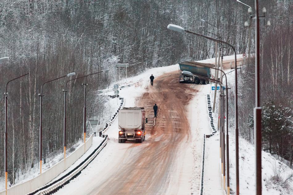 Самосвалы работающие на строительстве автомагистрали М11 в районе моста через Мсту, автодорога Малая Вишера - Любытино.