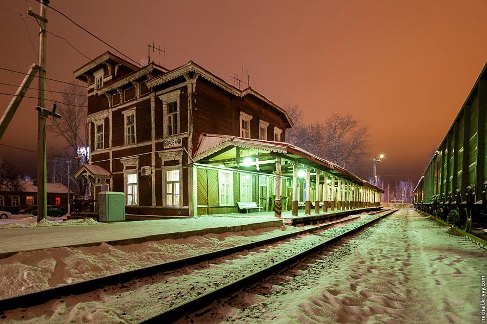 Я хотел сфотографировать вокзал с поездом, но посадку производили с бокового тупикового пути, который находится в стороне от здания.