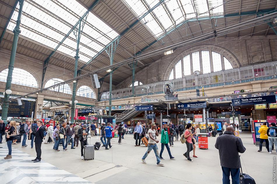 Северный вокзал. На балконе паспортный и таможенный контроль для пассажиров Europstar.