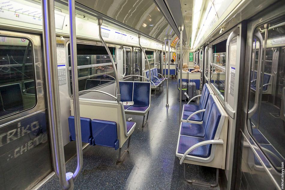 Салон вагона метро. Обратите внимание на откидывающиеся сиденья. Ими можно пользоваться, пока в вагонах не набивается битком.