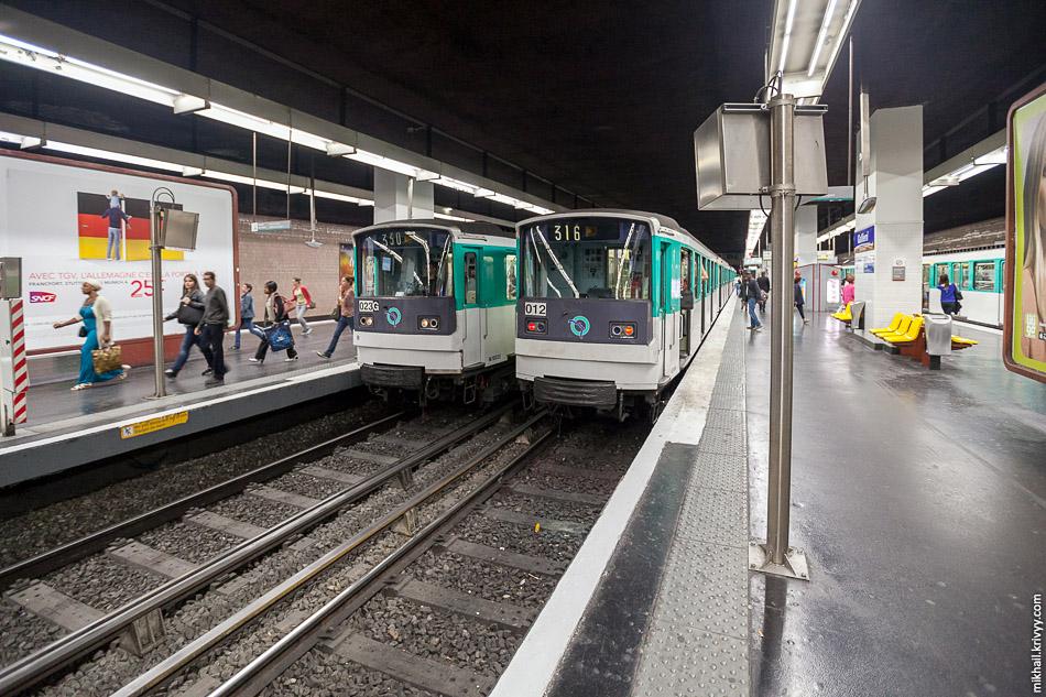 Самые распространенные электропоезда метро MF67-012 и MF67-023 на станции Gallieni. Это уже не Париж, вторая тарифная зона.