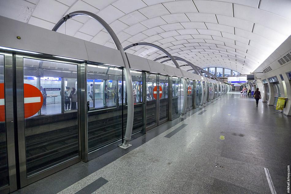 А вот так выглядят станции автоматизированной 14 ветки метро. Станция Сен-Лазар (Saint-Lazare).