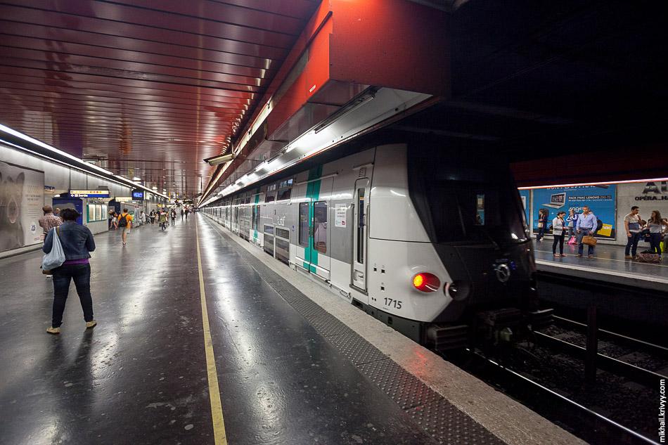 Двухэтажный электропоезд MI 09 на станцииОбер (Auber). Линия RER A.