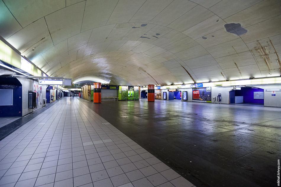 Совсем другие масштабы. Свод над станцией Обер (Auber). Линия RER A. Все это на глубине почти 18 метров.