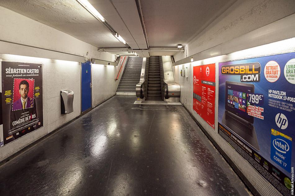 Переходы между станциями. На полу что-то типа наплавляемого линолеума, на стенах керамическая плитка. Углубления для рекламных плакатов предусмотрены заранее и декорированы плиткой.