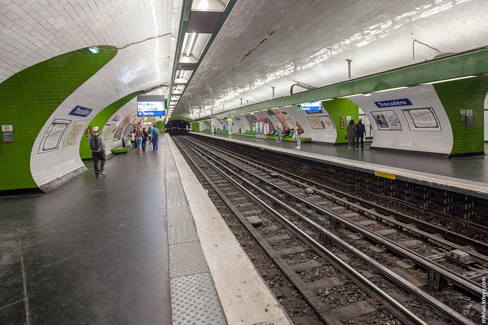 Короткие станции и маленькие составы сразу бросаются в глаза. Станция Трокадеро (Trocadéro), открыта 2 октября 1900 года, как ответвление от станции Étoile первой линии метро.
